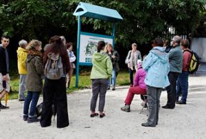 Sylvie (arrière-plan) présente l'ANCA au groupe de marcheurs.